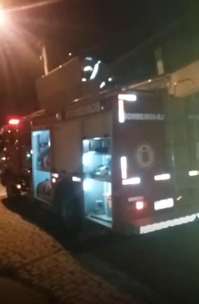 Bombeiros estiveram no local e conseguiram controlar as chamas na residência  (Foto: Divulgação/PM)