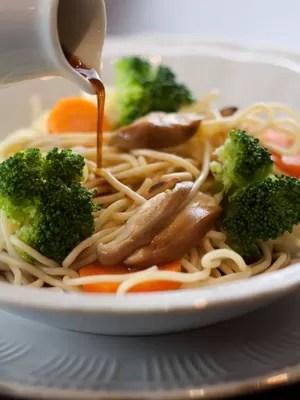 Spaguetti de Quinua Real: espaguete de quinoa real com legumes, shoyu light e amêndoas - um dos pratos sem glúten do restaurante Quattrino  (Foto: Divulgação/Rafael Wainberg)