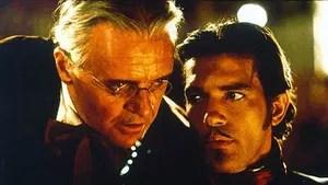 Depois de perder sua filha e sua epsosa, Don Diego é preso e fica mais de 20 anos na prisão. Quando consegue fugir, Don Diego trata Alejandro Murrieta como seu pupilo e planeja transformá-lo num novo Zorro.