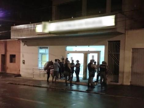 Criminosos explodiram o cofre do banco e ainda não se sabe se alguma quantia em dinheiro foi levada (Foto: Divulgação/Polícia Militar)