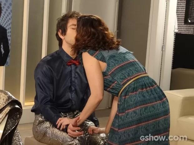 Lara beija Shin (Foto: Geração Brasil / TV Globo)