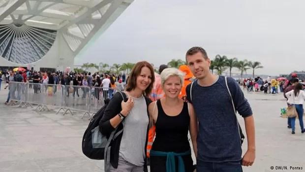 Evelin, Elfi e Fabian foram ver a amiga atleta competir pela Alemanha (Foto: N.Pontes/DW)