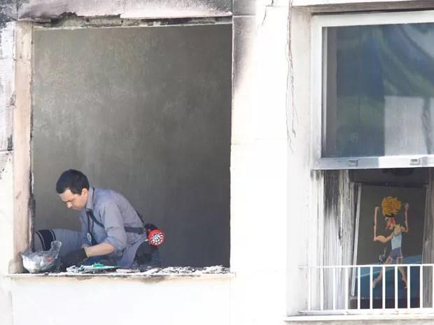 Perícia é realizada, nesta terça-feira (14), no apartamento do marchand Jean Boghici, após incêndio ocorrido na noite de segunda (13) (Foto: Pablo Jacob/Agência O Globo)
