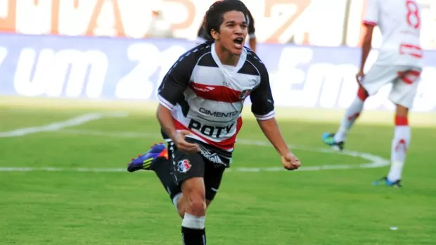 renatinho comemora gol no clássico (Foto: Aldo Carneiro)