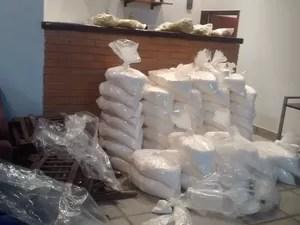 Toneladas de pasta base e cocaína refinada estavam em diversos pontos da mansão, em Santa Isabel (Foto: Jamile Santana/ G1)