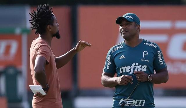 Papel na mão e conversa com o técnico Roger Machado em campo (Foto: Cesar Greco/Ag. Palmeiras)