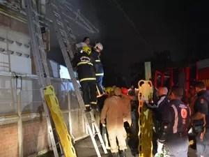 Vítimas foram retiradas pelos Bombeiros de dentro do supermercado por acessos laterais e foram levadas para o Hospital de Trauma (Foto: Walter Paparazzo/G1)