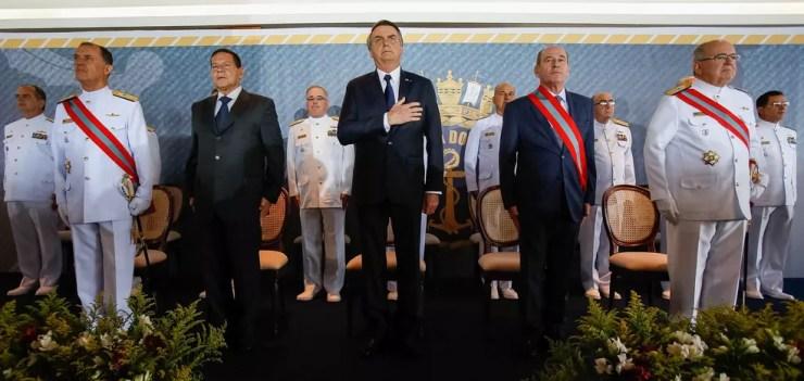 O presidente Jair Bolsonaro (ao centro), o ministro da Defesa, Fernando Azevedo e Silva (à dir.), e o vice-presidente, Hamilton Mourão (à esq.), ao lado dos almirantes da Marinha em solenidade em Brasília — Foto: Marcos Corrêa/Presidência da República