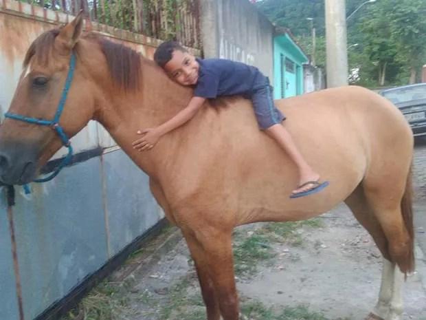 Kaio abraçou cavalo após animal ser devolvido (Foto: Deise Eurides/Arquivo Pessoal)