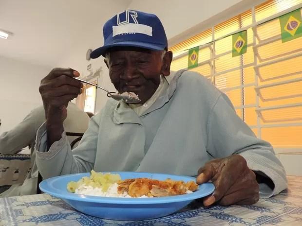 Arroz e feijão têm que ter no prato de José Aguinelo todos os dias  (Foto: Alan Schneider/G1)
