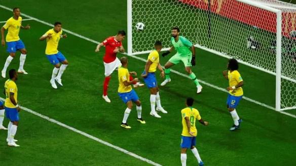 Zuber sobe para marcar o gol da Suíça contra o Brasil