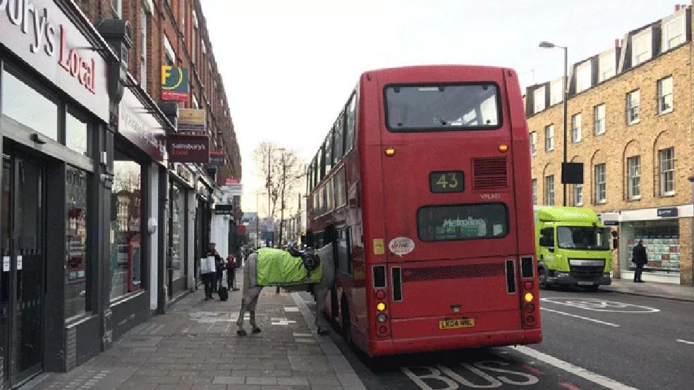 Britânico flagra cavalo 'embarcando' em ônibus em Londres (Foto: Simon Crowcroft /Twitter)