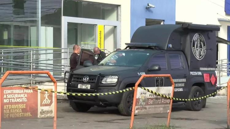 Esquadrão Antibombas foi acionado para detonar bomba deixada por criminosos em banco na Baixada Fluminense — Foto: Reprodução / TV Globo