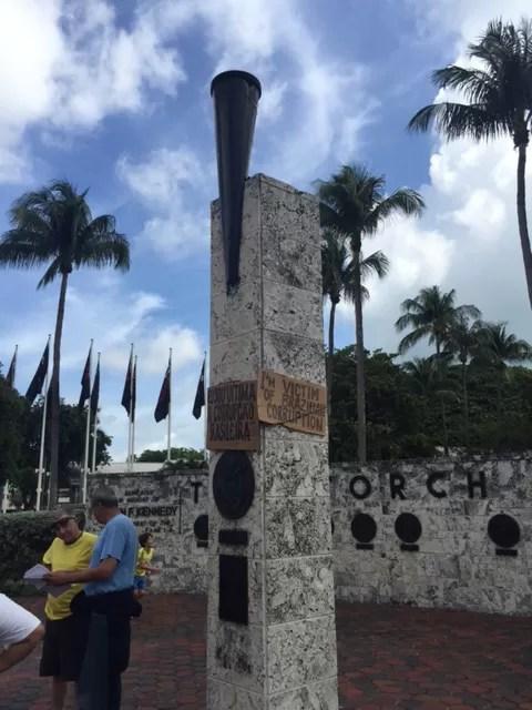 Cartazes em protesto contra o governo durante manifestação de brasileiros em Miami, neste domingo (15) (Foto: Carolina Camargo/G1)