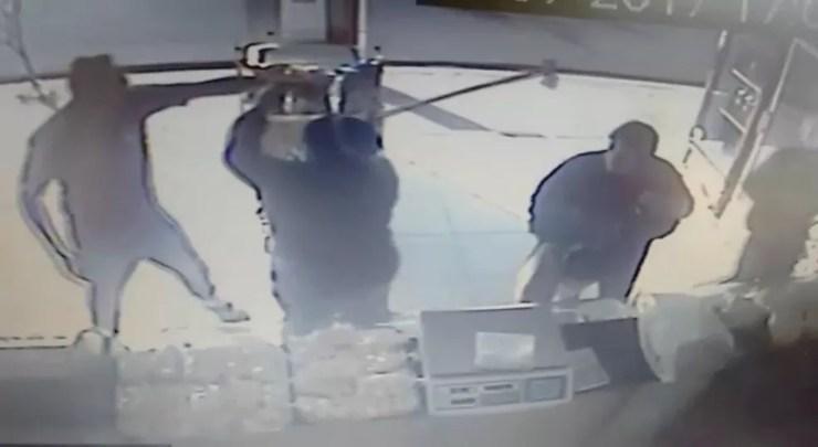 Mulher tenta reagir a assalto com uma bengala em uma padaria de Marília (Foto: Reprodução / TV TEM)