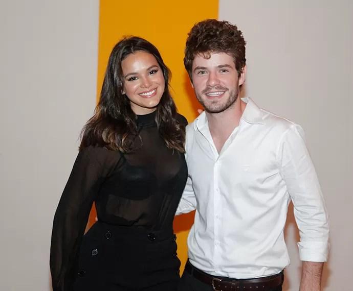 Bruna Marquezine e Maurício Destri posam juntos antes de assistir ao último capítulo (Foto: Artur Meninea/Gshow)