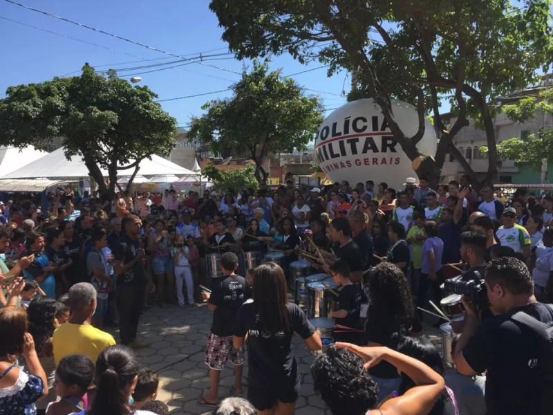 Fabricianenses participam das comemorações na Praça da Bíblia (Foto: Tiago Borges / Inter TV)