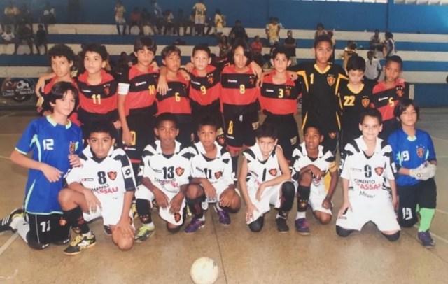 Kaio Jorge (camisa 10) num time do Sport ao lado dos filhos de Marcelinho Paraíba (6) e Magrão (12); este último hoje joga na base do São Paulo — Foto: Arquivo Pessoal