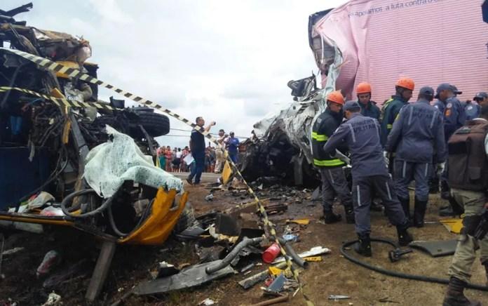 Bombeiros e agentes da polícia técnica no local do acidente, na BR-116, na Bahia — Foto: Madalena Braga/TV Subaé