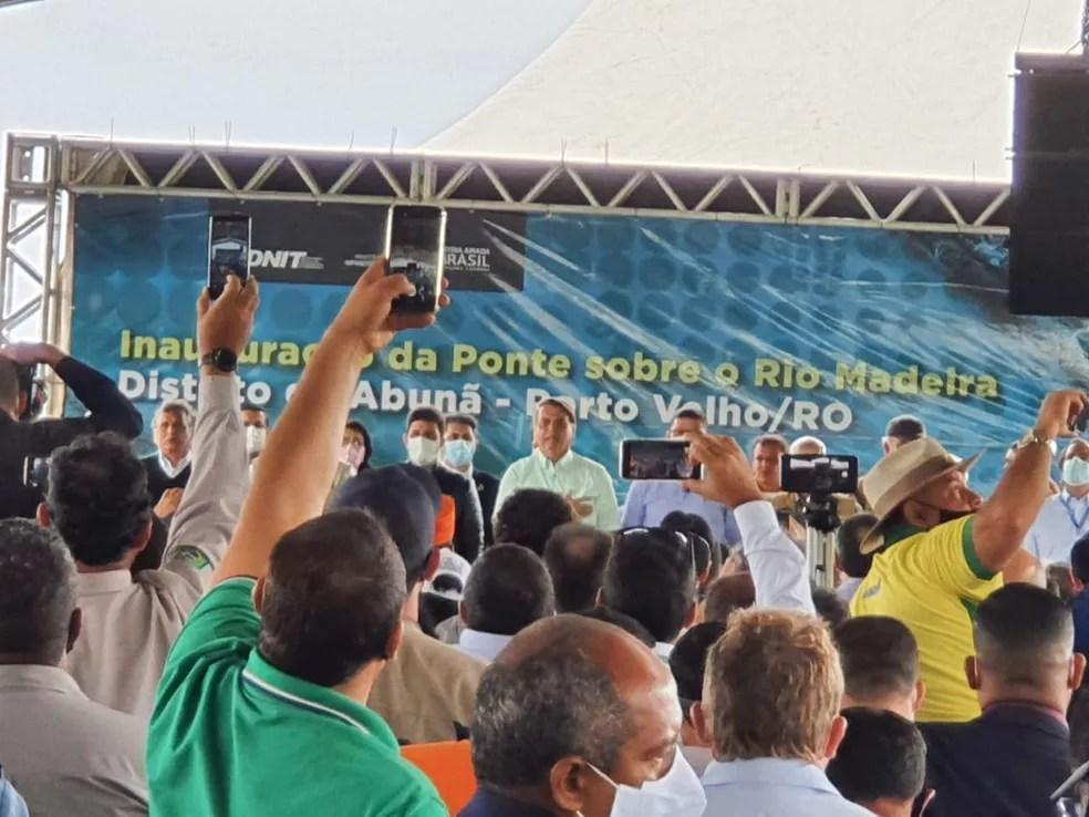 Bolsonaro participou da cerimônia de inauguração sem máscara facial e sem manter o distanciamento social  — Foto: Jonatas Boni/G1