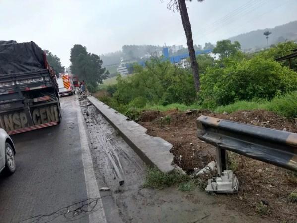 Caminhão caiu da BR-470 em Rio do Sul  — Foto: PRF/Divulgação