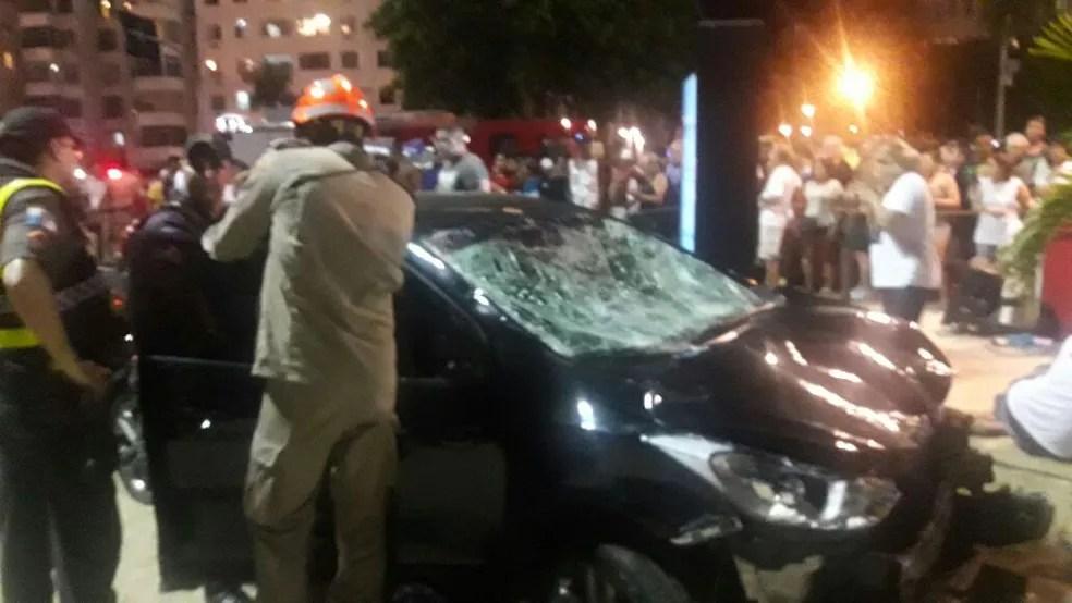 Carro invadiu areias de Copacabana e deixou feridos (Foto: Reprodução/Redes Sociais)