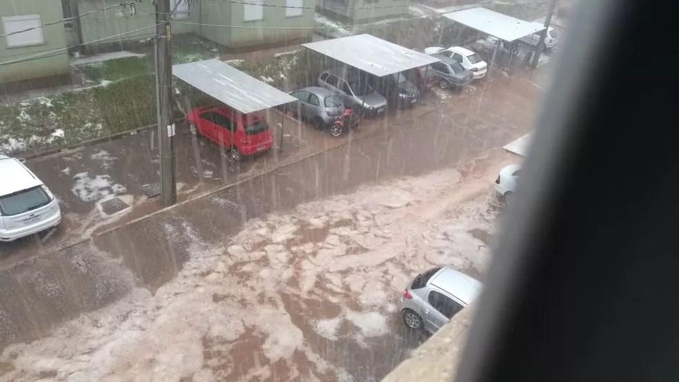 Morador registrou queda de granizo na tarde de sábado (13), em Caxias do Sul. — Foto: Júlio Zambiazi/Arquivo Pessoal