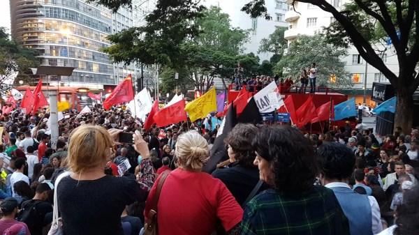 Manifestantes gritam