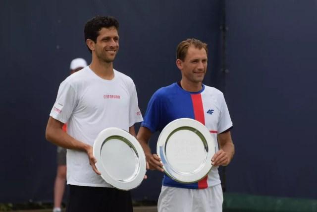 Marcelo Melo e Lukasz Kubot posam com o troféu de campeão na Holanda (Foto: Crédito: Divulgação)