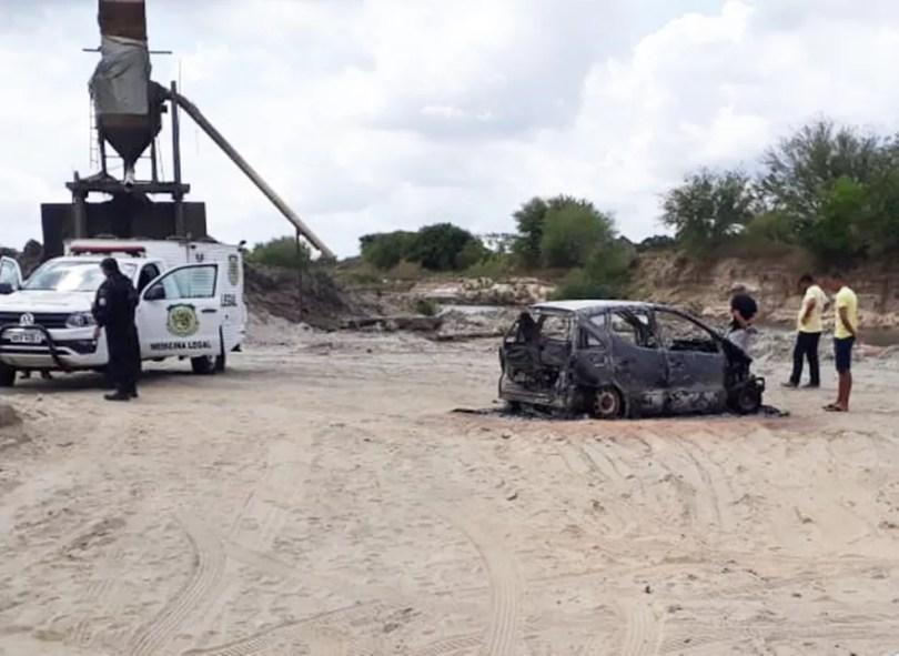 Corpo carbonizado foi encontrado dentro do carro incendiado — Foto: PM/Divulgação