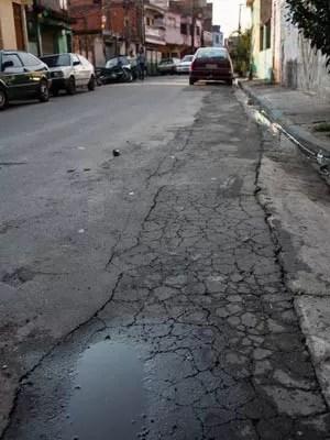 SAO PAULO, BRASIL, 26 AGOSTO 2014 - Moradores do bairro Jardim Nakamura, zona sul de Sao Paulo reclamam do vazamento de agua na Rua Maria Silvina Tavarez, que durante a noite enche de agua a rua. (Foto: Victor Moriyama/G1)