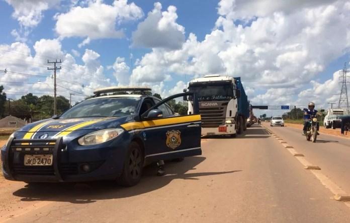 Políia Rodoviária Federal escolta caminhões no Acre (Foto: Guilherme Barbosa/Rede Amazônica Acre)
