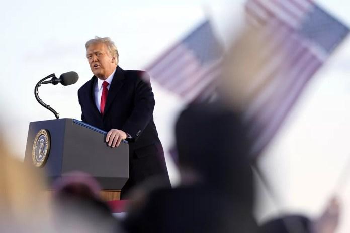 Trump discursa pela última vez como presidente em base aérea de Maryland, próxima a Washington, antes e embarcar para Flórida em 20 de janeiro de 2021 — Foto: Manuel Balce Ceneta/AP