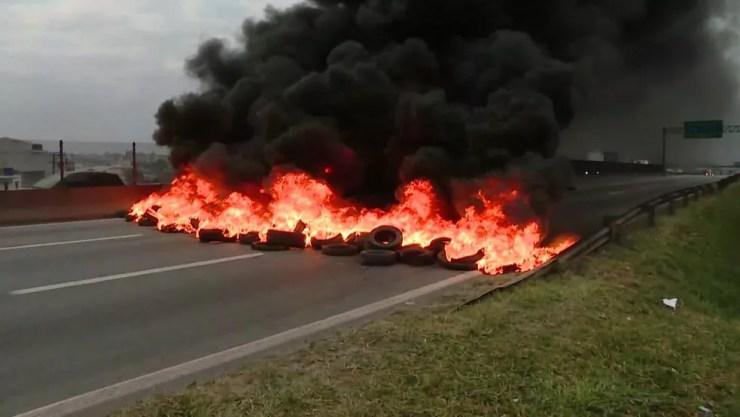 Via Dutra interditada por manifestação no km 209 (Foto: Reprodução/TV Globo)