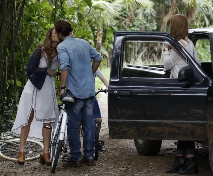 Melissa não perde tempo e dá um beijão no marido (Foto: Fábio Rocha/Gshow)