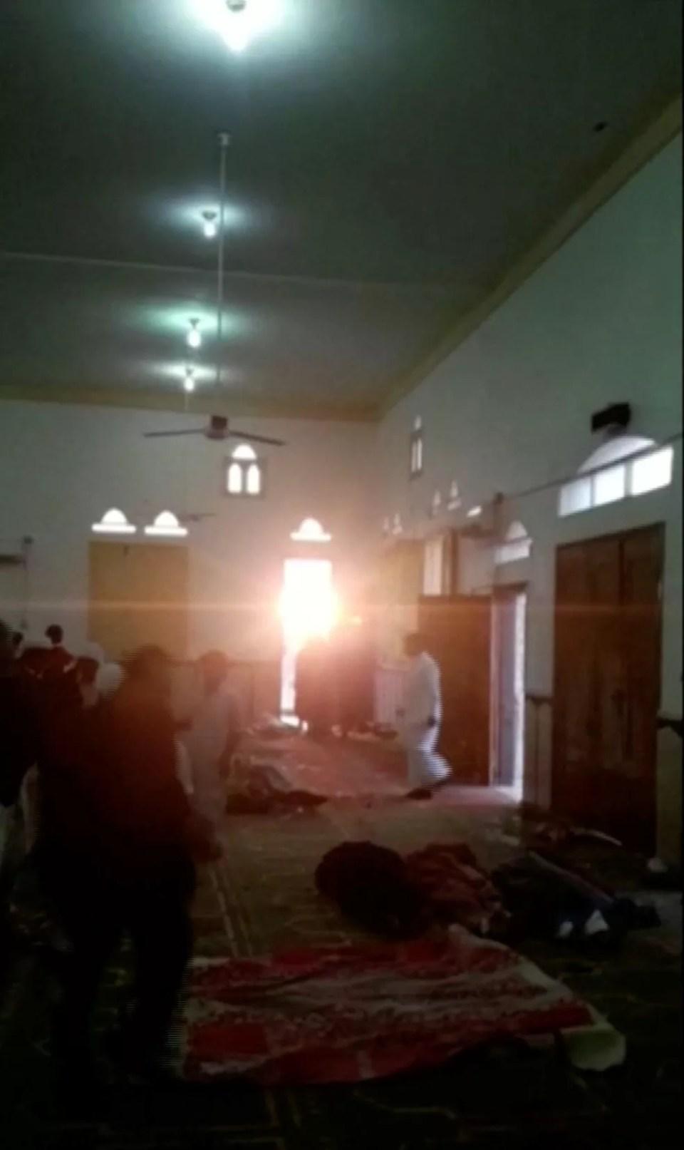 Corpos no chão da mesquita atacada no Egito (Foto: Reuters)