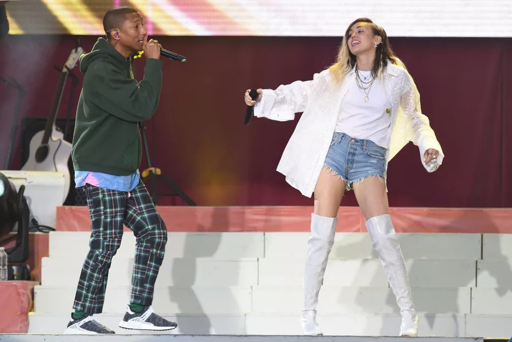 Miley Cyrus e Pharrell no One Love Manchester (Foto: Dave Hogen / AP)