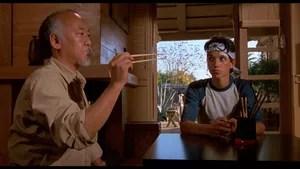 Daniel Larusso e sua mãe recentemente se mudaram de Nova Jersey para o sul da Califórnia. Porém, Daniel não consegue se ambientar na nova cidade, até que conhece Ali Mills, uma garota atraente que gosta dele. A situação dele se complica quando o ex-namorado de Ali, Johnny Lawrence, e sua gangue começam a persegui-lo. Um dia, Daniel é cercado pelos parceiros de Johnny, mas é salvo por Miyagi, um veterano japonês mestre na arte do karatê. Disposto a ajudar o rapaz, Miyagi passa seus ensinamentos na arte marcial, para que ele possa se defender na próxima vez. Daniel deseja se vingar de seus inimigos, mas com Miyagi o rapaz vai aprender que o karatê não é apenas uma luta, e sim o caminho para o domínio de si mesmo, da mente e do corpo.