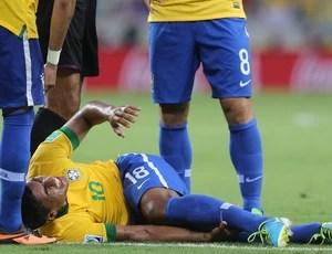 Paulinho machucado Brasil x México (Foto: Nilton Fukuda/Agência Estado)