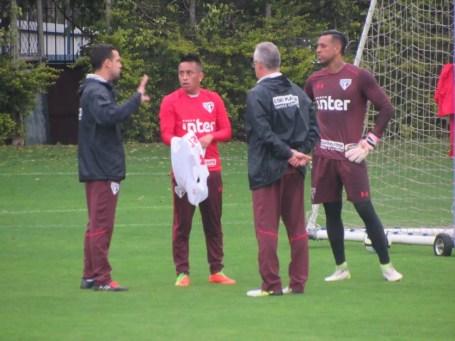 Cueva, Dorival, Lucas Silvestre e Sidão conversam durante treino do São Paulo (Foto: Marcelo Prado)