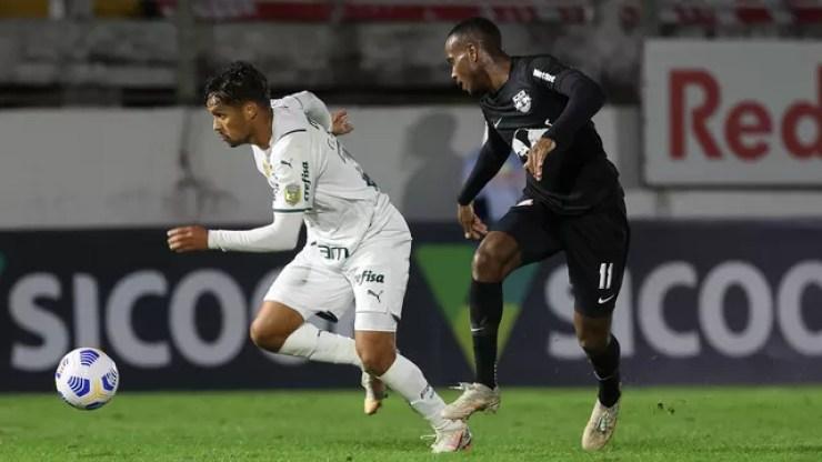 Gustavo Scarpa e Helinho durante a partida entre Bragantino e Palmeiras