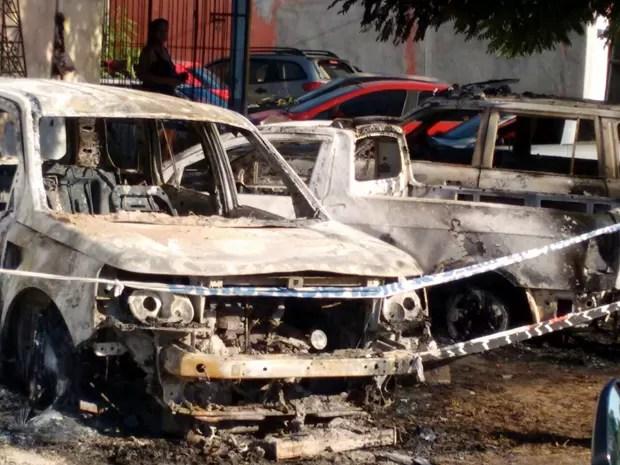 Carros são incendiados no pátio da delegacia de Maracaçumé (MA) (Foto: Tony Rodrigues)
