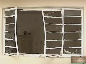 Janela ficou destruída (Foto: Reprodução TV TEM)