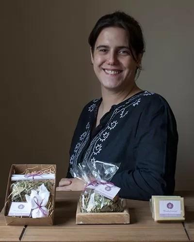 Flavia de Maio dos Santos é proprietária da Banho Essencial, onde produz sabonetes artesanais, sachês perfumados, aromatizadores de ambientes e enxaguantes bucais, todos com propósito terapêutico (Foto: Arquivo pessoal)