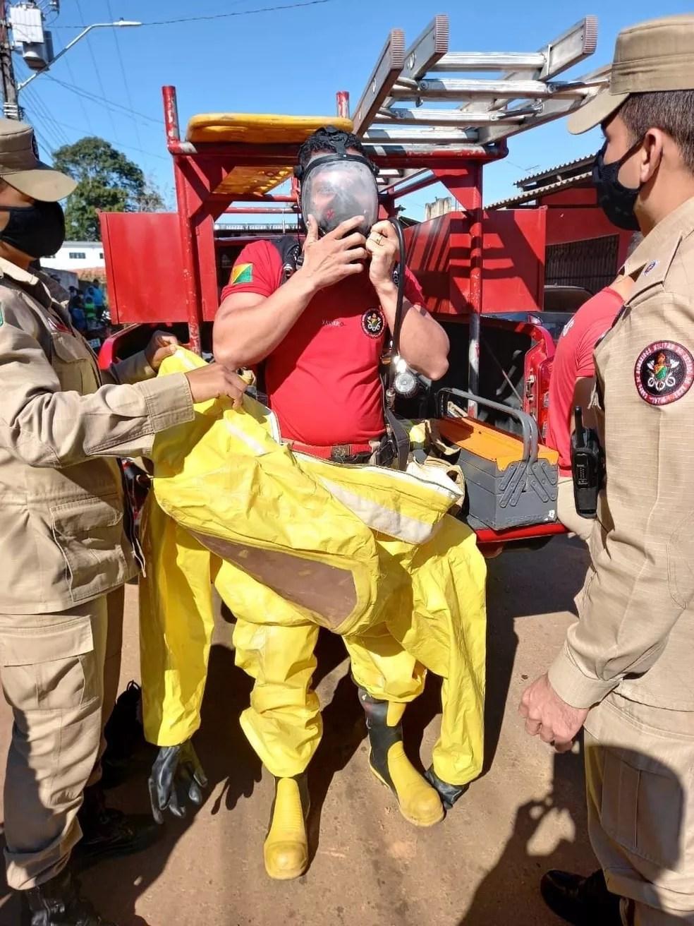 Bombeiros precisaram de equipamento para proteção máxima — Foto: Corpo de Bombeiros/Divulgação