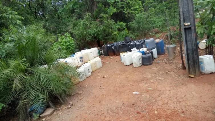Parte do combustível estava estocada em uma mata — Foto: Polícia Militar/Divulgação