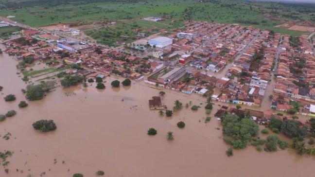 Foto mostra como a cidade de Coronel João Sá, na Bahia, ficou após água de barragem invadir região — Foto: Studio Júnior Nascimento