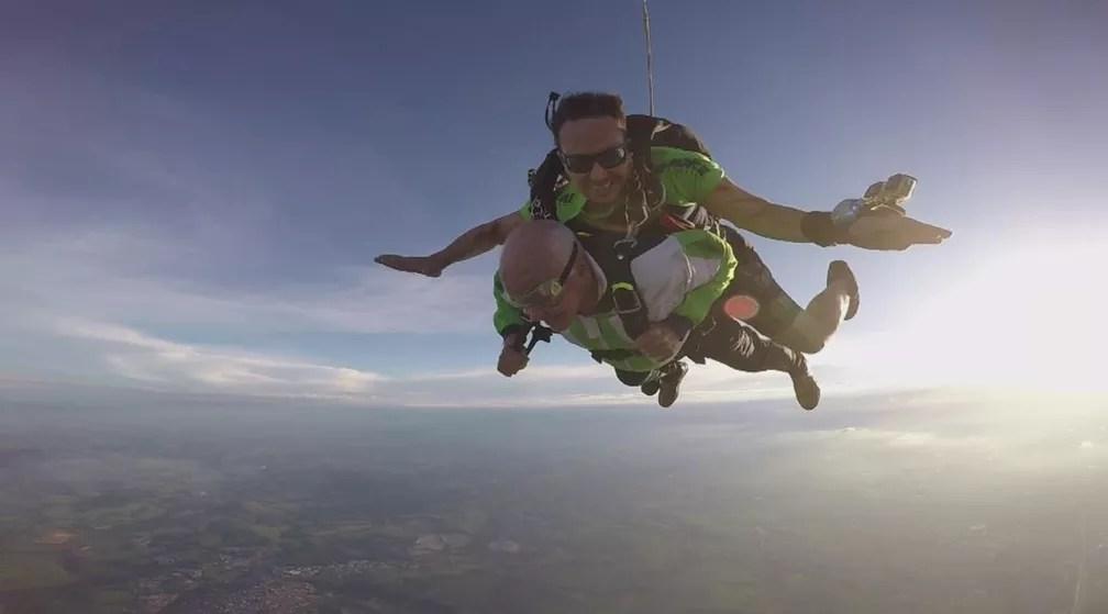 Idoso comemorou aniversário de 86 anos saltando de paraquedas em Boituva (Foto: Reprodução/TV TEM)