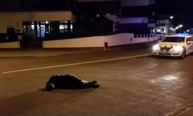 Homem bêbado foi flagrado dormindo no meio de uma avenida (Foto: Reprodução/Twitter/Newstalk ZB)