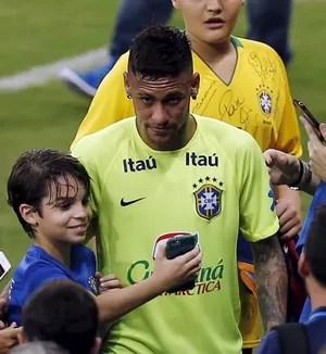 Neymar atende fãs treino seleção brasileira (Foto: REUTERS/Paulo Whitaker)